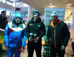 Maximilian Hammel (Mitte) mit den beiden Verantwortlichen des Oberpfälzer Skiverbands nach der Siegerehrung